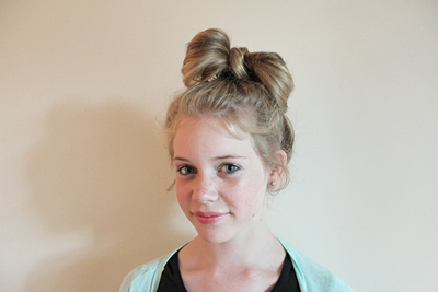 messy hair bow, how to hair styles, bow hairstyle, hair bow